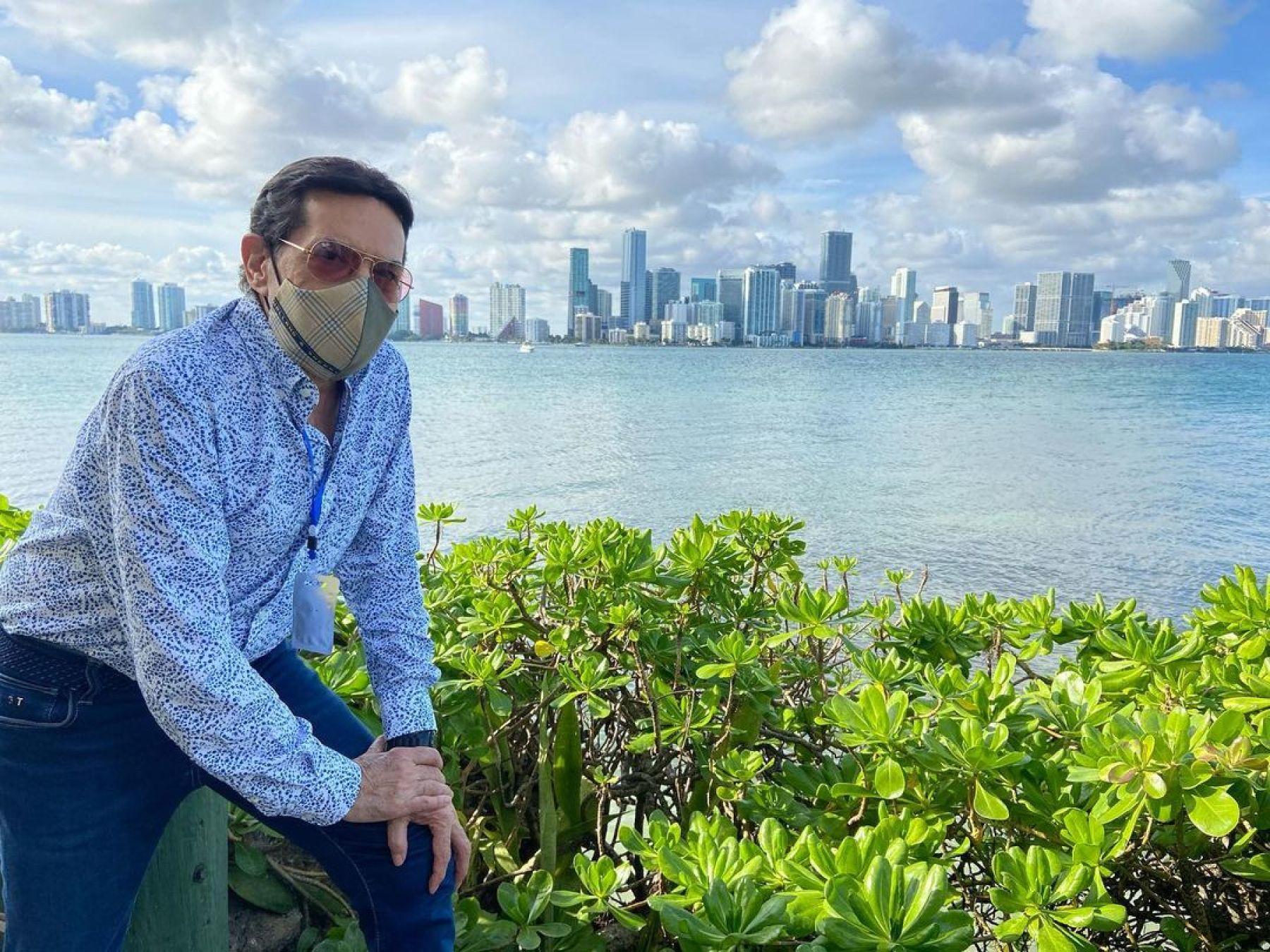 Alcalde de Miami busca sanciones para Origel tras vacunarse contra Covid-19