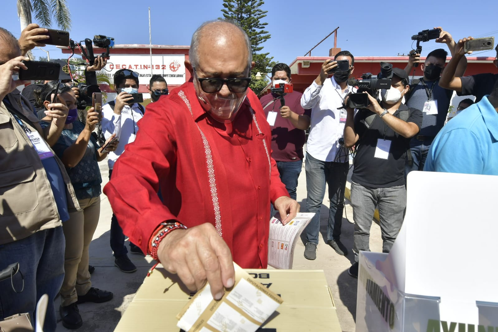 Luis Guillermo Benítez Torres se presenta a emitir su voto
