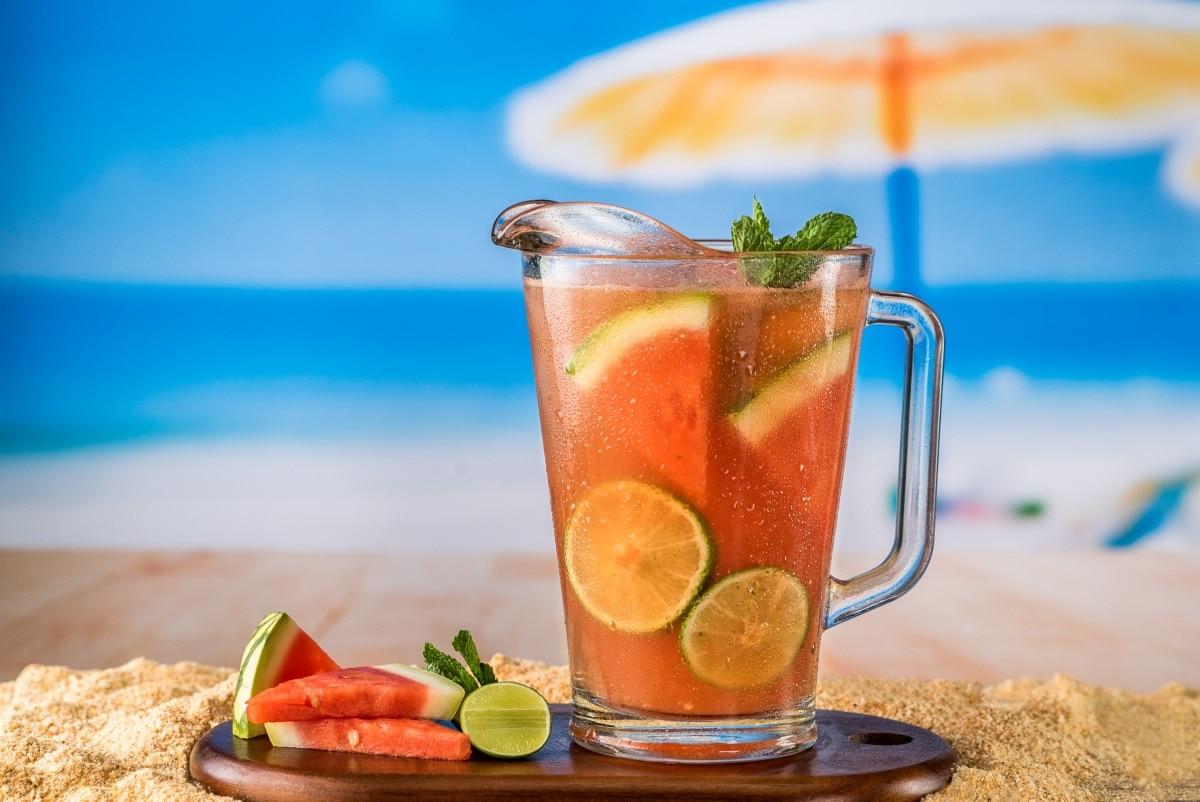 Bebida refrescante de sandía, limón y menta