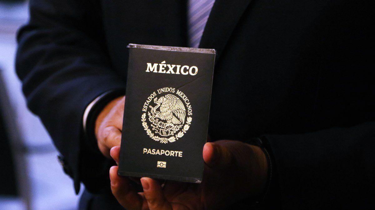 """Pasaporte electrónico mexicano, tiene un símbolo de chip y el acento en la palabra """"México"""""""