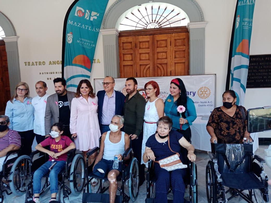 Entrega donativo de sillas de ruedas a personas con discapacidad